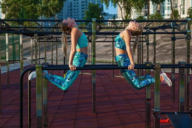 Les jeunes filles athlètes sont engagées le matin sur le terrain de sport exercices de remise en forme