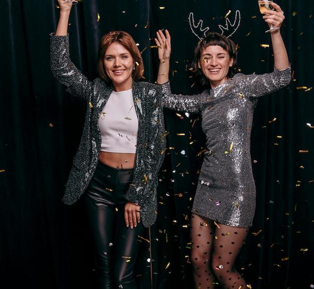Jeunes filles célébrant ensemble le réveillon du nouvel an