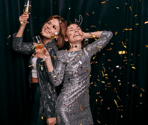 Jeunes filles célébrant le réveillon du nouvel an