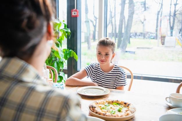 Jeunes filles discutant à la table de la cuisine