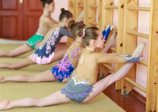 Jeunes filles faisant de la gymnastique.
