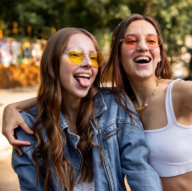Jeunes filles avec des lunettes de soleil