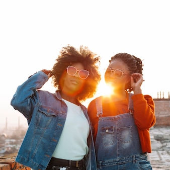 Jeunes filles positives posant ensemble