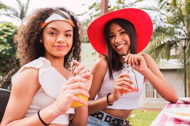 Jeunes filles profitant de la journée à boire du jus