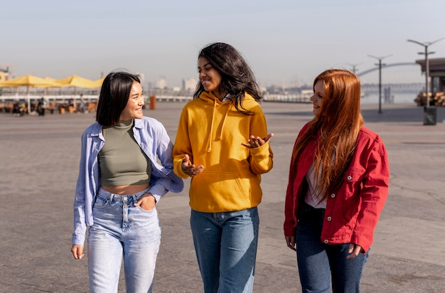 Jeunes filles se promenant à l'extérieur