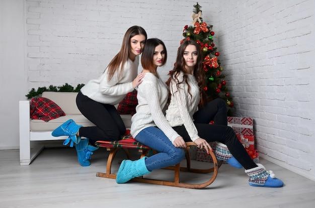 Jeunes filles avec un traîneau
