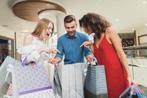 Les jeunes font du shopping le vendredi noir.