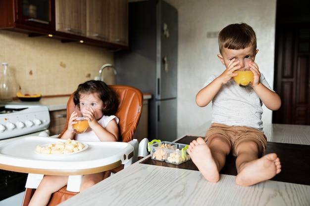 Jeunes frères et sœurs mignons dans la cuisine