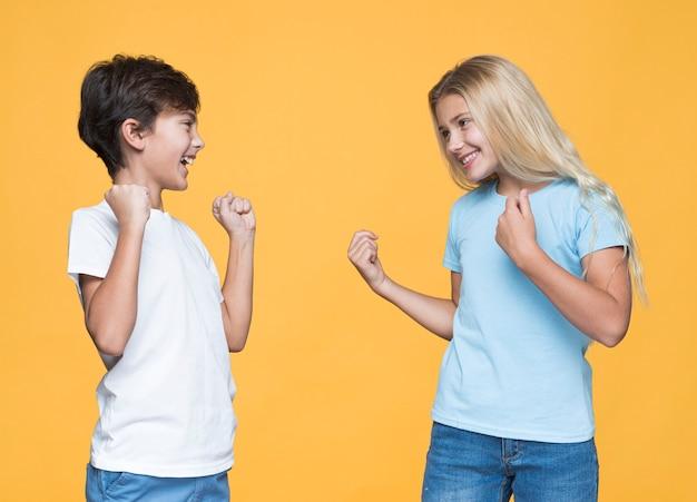 Jeunes frères et sœurs s'amuser ensemble