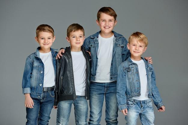 Jeunes garçons posant