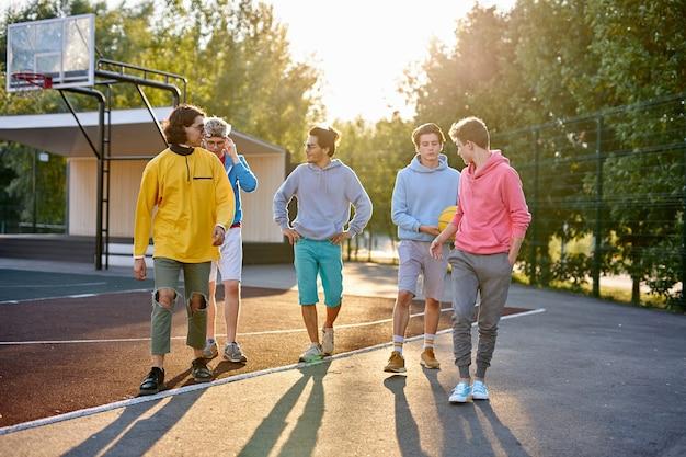 Jeunes garçons sportifs vont jouer au basket dans la rue