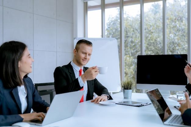 Jeunes gens d'affaires dans une salle de réunion