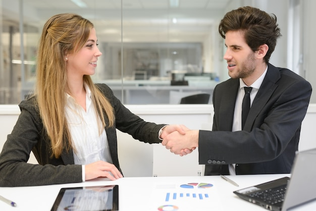 Les jeunes gens d'affaires de fermeture d'un accord