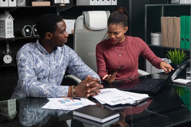 Jeunes gens d'affaires de nationalité afro-américaine travaillant avec des documents