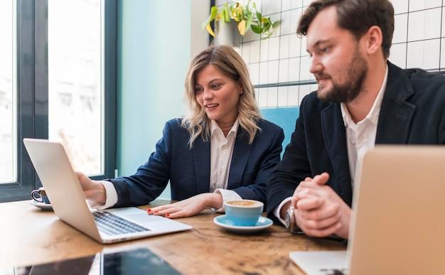 Les jeunes gens d'affaires parlent d'un nouveau projet à l'intérieur