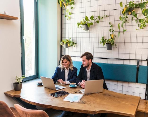 Les jeunes gens d'affaires parlent d'un nouveau projet