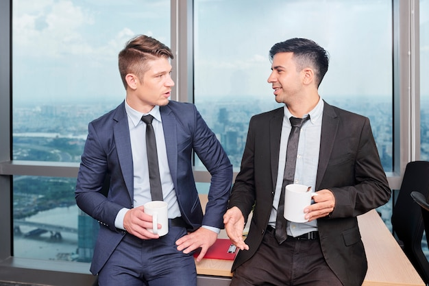 Jeunes gens d'affaires qui parlent