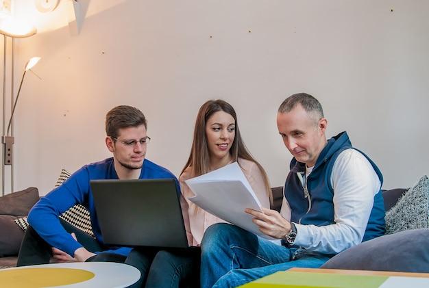 Les jeunes gens d'affaires se rencontrent et travaillent. confiant équipe d'ingénieurs travaillant ensemble