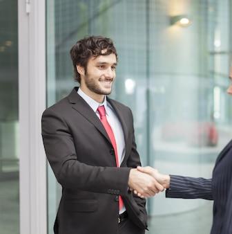 Jeunes gens d'affaires se serrant la main