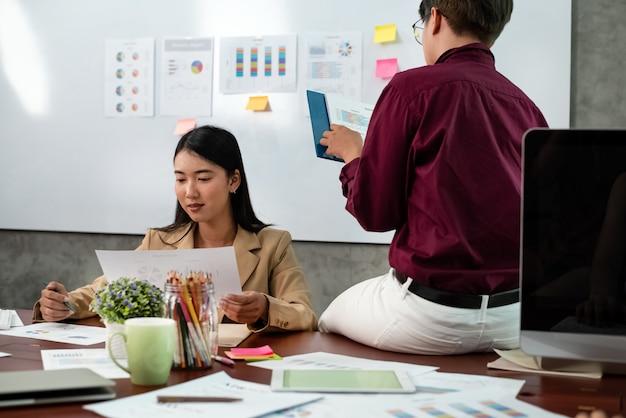 Jeunes gens d'affaires travaillant avec des collègues réunion d'équipe