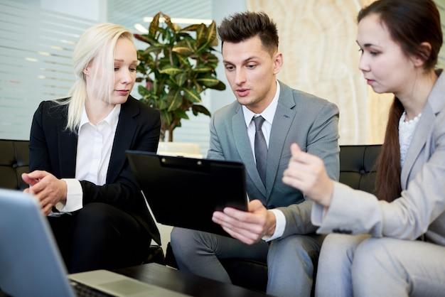 Jeunes gens d'affaires travaillant en réunion