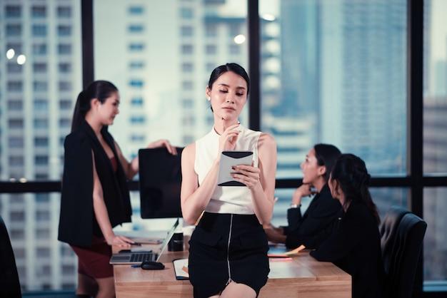 Les jeunes gens d'affaires utilisent les smartphones pour faire des affaires.