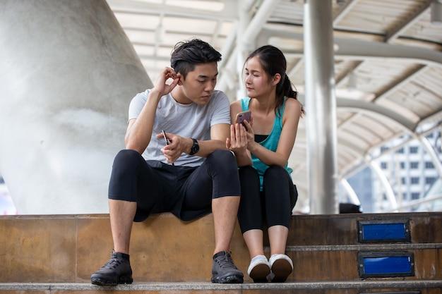 Jeunes gens assis sur l'escalier après le jogging