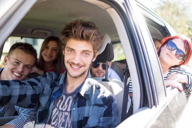 Jeunes gens ayant des vacances s'amuser au volant de voiture