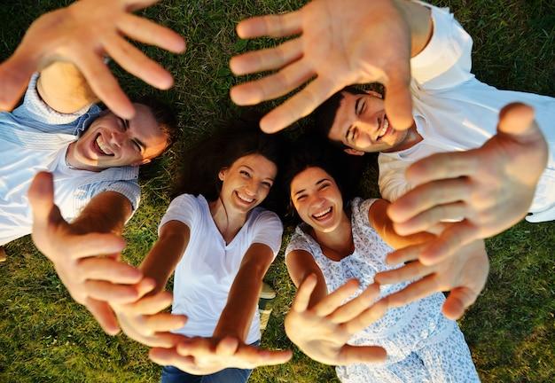 Jeunes gens heureux s'amuser ensemble dans la nature