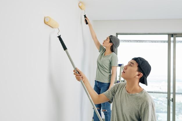 Jeunes gens peignant des murs