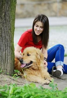 Jeunes gens réels dans la rue avec un chien