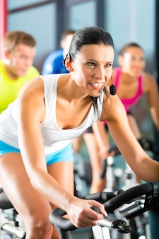 Jeunes gens tournant dans la salle de fitness