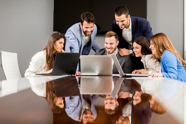 Jeunes gestionnaires de succès discutant de nouveaux projets d'affaires dans un bureau moderne