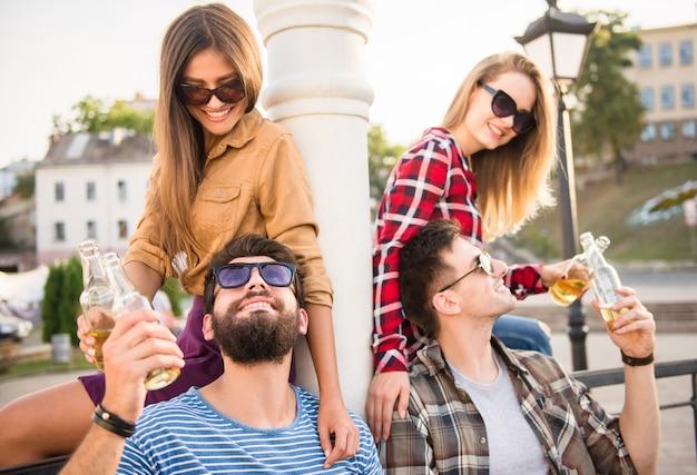 Jeunes heureux marchant en plein air