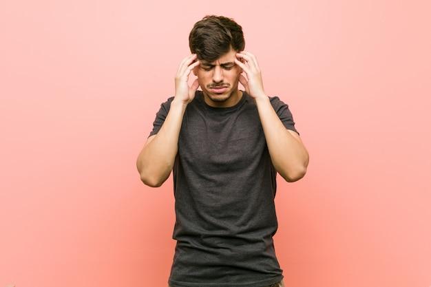 Jeunes hispaniques occasionnels manuching temples et avoir des maux de tête.