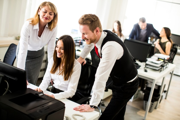 Jeunes hommes d'affaires au bureau moderne