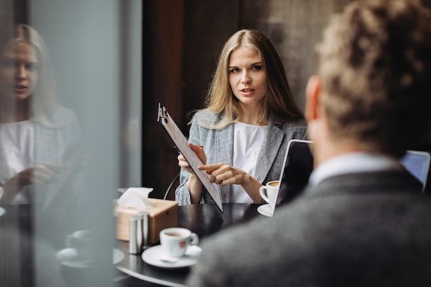 Jeunes hommes d'affaires ayant une réunion dans un café