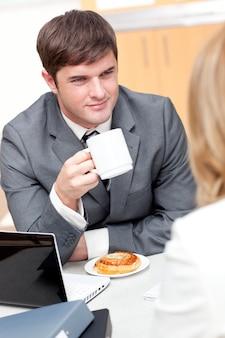 Jeunes hommes d'affaires faisant une pause et manger