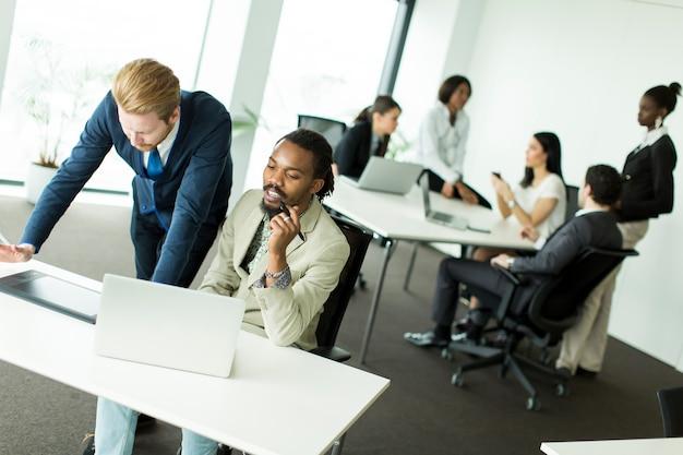 Jeunes hommes d'affaires multiraciales