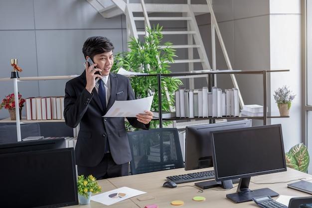 Les jeunes hommes d'affaires parlent au téléphone.