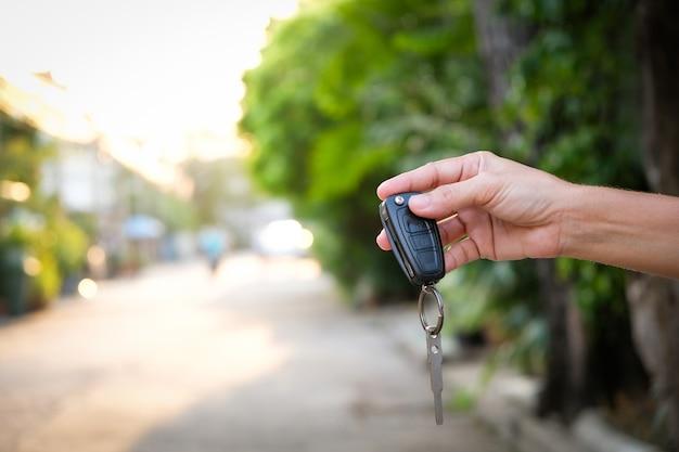 De jeunes hommes d'affaires soumettent des clés de voiture à