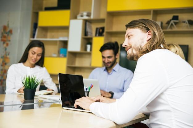 Jeunes hommes d'affaires travaillant au bureau