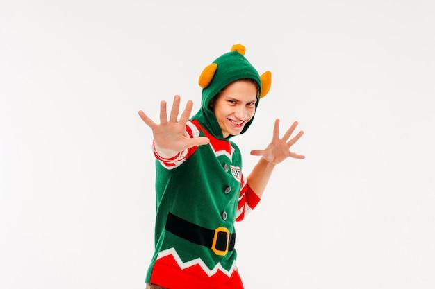 Jeunes hommes attrayants en costume d'elfe sur fond blanc
