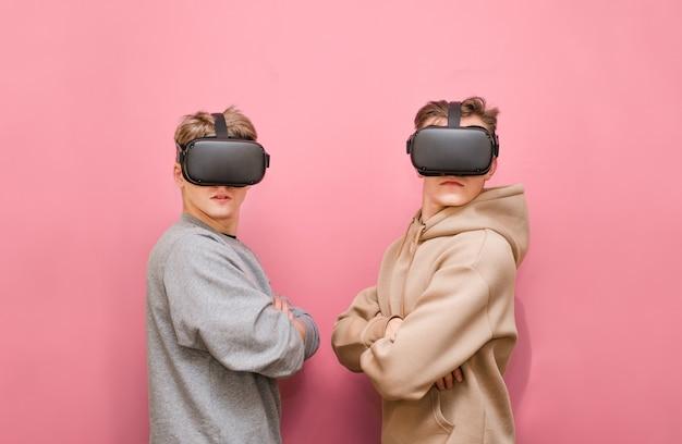 Jeunes hommes avec contrôleur et casques vr jouant à des jeux vidéo
