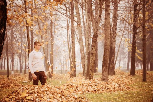 Jeunes hommes, dans, automne, parc