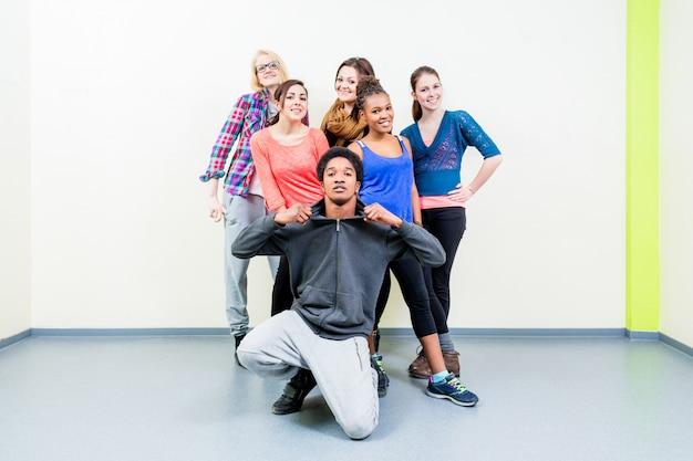 Jeunes hommes et femmes en cours de danse qui posent