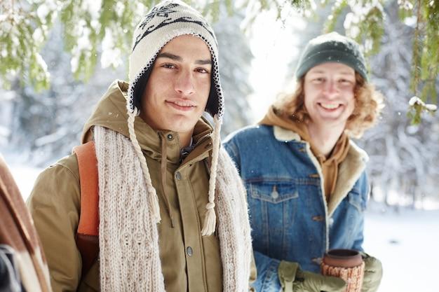 Jeunes hommes posant en hiver