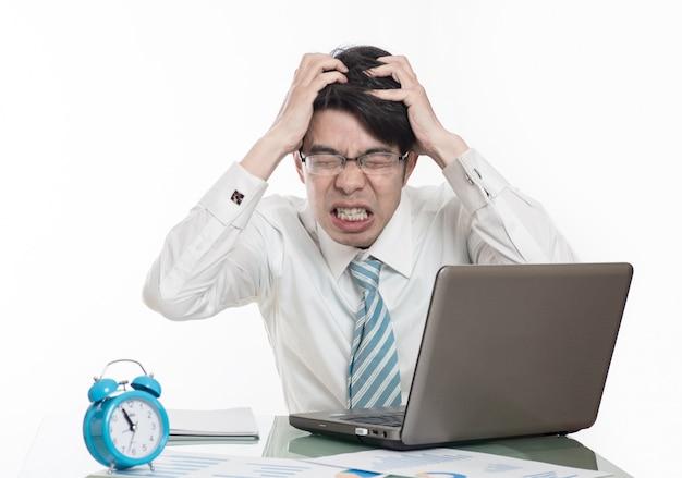 Des jeunes hommes travaillent des heures supplémentaires au bureau