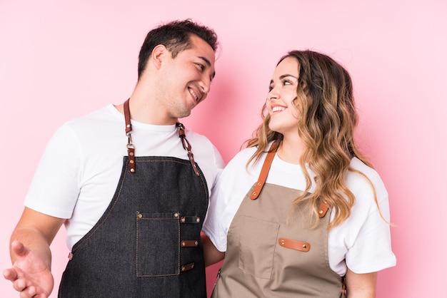 Jeunes jardiniers latins en couple amoureux