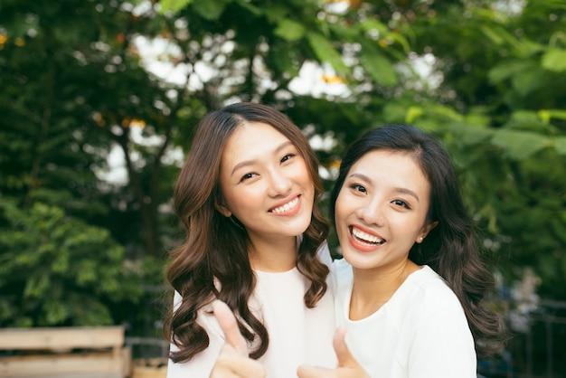 Jeunes jolies copines sur fond nature, dans le jardin